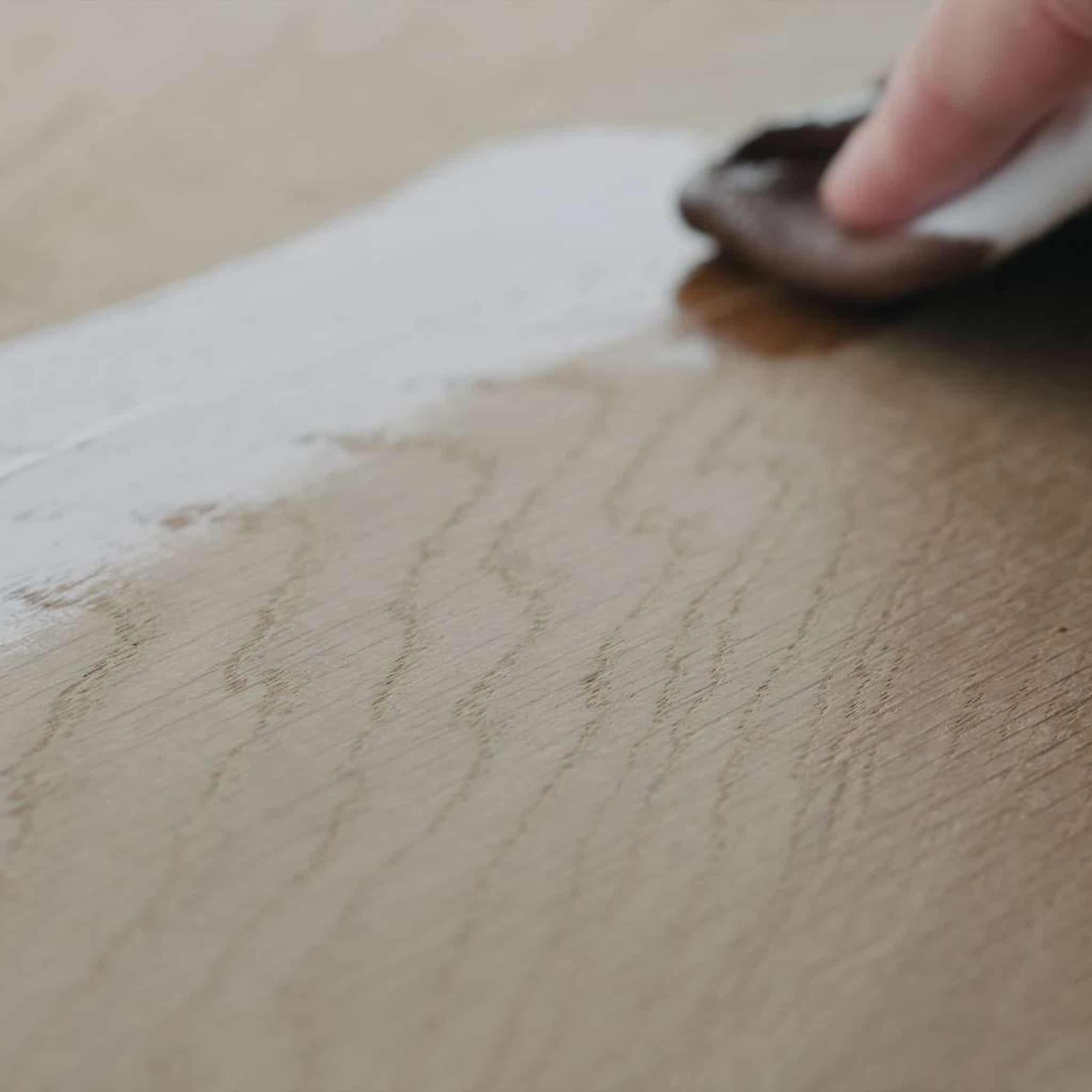 Pinceau - Comment relooker sa table à manger en bois - WoodWorkerShop